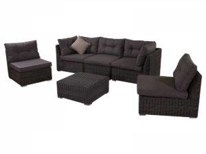 Лаунж зона плетеной мебели из искусственного ротанга.